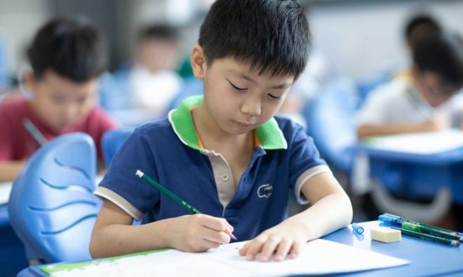 """作业浓缩在一张A4纸、设计分层校本作业……教育部新规来了!给作业""""做减法"""",上海学校这样做"""